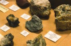 Coleção de pedras do galeno na exposição como parte de uma exibição mineral geological foto de stock