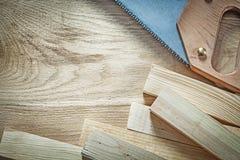 Coleção de pranchas de madeira do handsaw afiado no construc de madeira da placa fotos de stock