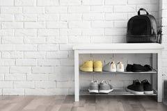 Coleção de sapatas à moda no armazenamento de cremalheira fotos de stock