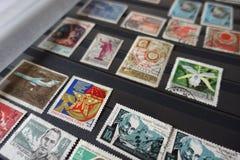 Coleção de selos velhos do soviete no álbum imagem de stock royalty free