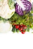 Coleção de variedades diferentes de couve e de legumes frescos em um fundo branco Fotografia de Stock