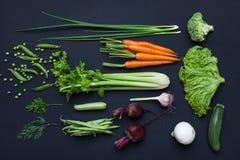 Coleção de vegetais frescos do verão no fundo rústico preto Imagem de Stock Royalty Free