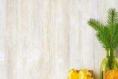 Coleção do Natal de ramos de árvore, cones, garrafas verdes, ora fotos de stock royalty free