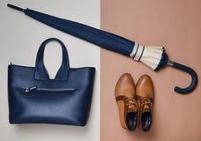 Coleção do outono do women& x27; acessórios e sapatas de s botas da Demi-estação, um guarda-chuva, um saco de couro foto de stock royalty free
