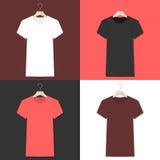 Coleção do vetor dos t-shirt em ganchos Imagem de Stock Royalty Free