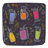 Coleção dos batidos nos vidros, nas garrafas, nos frascos e nos jarros com a palha cercada por fatias e por bagas exóticas do fru ilustração do vetor