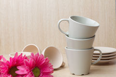 Coleção dos copos de café no fundo de madeira Foto de Stock
