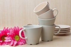 Coleção dos copos de café no fundo de madeira Imagem de Stock