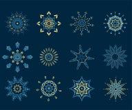 Coleção dos flocos de neve, flocos de neve naturais do Natal, estrelas do Natal, isoladas no fundo escuro Fotografia de Stock