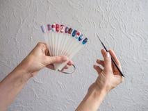 Coleção dos pregos do dedo pintados na vária cor com teste padrão diferente Conceito da arte do prego fotos de stock