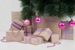 Coleção dos presentes sob uma árvore de Natal decorada com brinquedos Foto de Stock Royalty Free