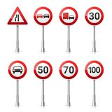 Coleção dos sinais de estrada no fundo branco Controle de tráfego rodoviário Uso da pista Parada e rendimento Sinais reguladores Fotos de Stock Royalty Free