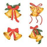 Coleção dourada do feriado dos sinos de Natal com ramos de árvore verdes e a fita vermelha da curva isolados no fundo branco ouro Imagem de Stock Royalty Free