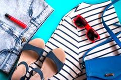 Coleção fêmea da roupa ocasional, configuração lisa, vista superior Imagens de Stock