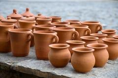 A coleção feito a mão de potenciômetros de argila em Sheki imagens de stock royalty free