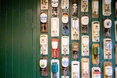 Coleção holandesa velha do moedor de café em uma parede de madeira verde Fotografia de Stock Royalty Free