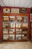 Coleção velha dos rádios do vintage que indica no ` antigo de Khen do golpe da proibição do ` do museu fotos de stock royalty free