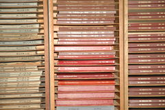 Coleções de edições encadernadas no jornal local Imagens de Stock