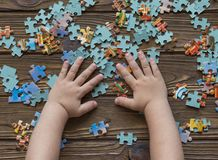 Coleções de uma mão do ` s da criança um enigma O desenvolvimento da lógica Fotografia de Stock Royalty Free