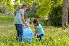 ?cole dr?le de deux enfants et environnement volontaire pr?scolaire de charit? photographie stock