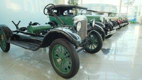 Cole??o de carros e de caminh?es do vintage Os primeiros carros hist?ricos Exposi??o de carros retros video estoque