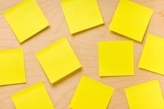 Colección amarilla aleatoriamente dispuesta del post-it Fotos de archivo