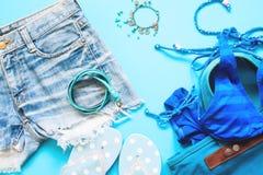Colección azul de accesorios de la muchacha, endecha plana de la primavera y del verano en azul Foto de archivo libre de regalías