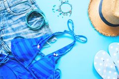 Colección azul de accesorios de la muchacha, endecha plana de la primavera y del verano en azul Foto de archivo