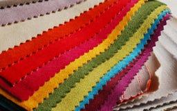 Colección brillante de sаmples coloridos de la materia textil del terciopelo Fondo de la textura de la tela Imágenes de archivo libres de regalías
