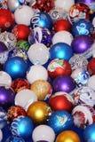 Colección colorida de bolas de la Navidad útiles como PA del fondo Fotos de archivo libres de regalías