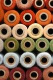 Colección colorida del carrete del hilado del vintage del hilo del arco iris imagen de archivo libre de regalías