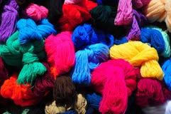 Colección de bolas brillantemente coloreadas de lanas Foto de archivo libre de regalías