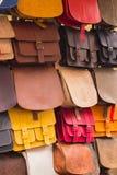 Colección de bolsos de cuero en parada en el bazar Fotos de archivo