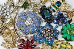 Colección de broches coloridas del diamante artificial del vintage, en blanco Foto de archivo libre de regalías