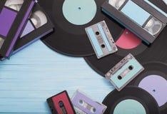 Colecci?n de cintas de la m?sica, de discos y de cintas de video en de madera fotografía de archivo