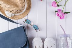 Colección de collage de la ropa y de los accesorios del verano del ` s de las mujeres en el blanco, endecha plana, Fotografía de archivo libre de regalías