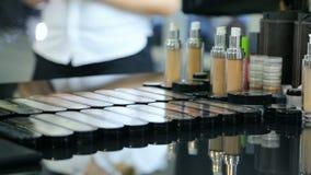 Colección de cosméticos del maquillaje en la tabla negra del espejo almacen de metraje de vídeo