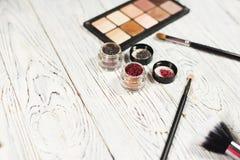 Colección de cosméticos para el artista de maquillaje Powder, los pigmentos, el brillo, los cepillos y el lápiz de ojos foto del  Fotografía de archivo libre de regalías