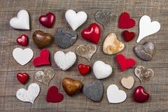 Colección de diversos corazones rojos, blancos y marrones en vagos de madera Fotografía de archivo libre de regalías