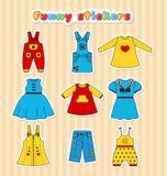 Colección de etiquetas engomadas coloridas de la ropa en un estilo plano para la niña Fotografía de archivo