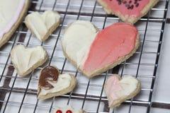 Colección de galletas del corazón pequeño y grande para el día de tarjeta del día de San Valentín Foto de archivo