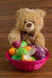 Colección de huevos de Pascua en cesta y juguete suave Imagenes de archivo