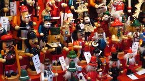 Colección de juguetes de madera clásicos de la Navidad en el mercado de la Navidad Fotos de archivo libres de regalías