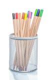 Los lápices coloreados en un escritorio ponen en orden Imagen de archivo libre de regalías