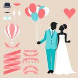 Colección de la boda con la novia, la silueta del novio y los elementos decorativos románticos en fondo beige suave Foto de archivo