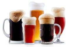 Colección de la taza de cerveza escarchada con espuma imagen de archivo libre de regalías