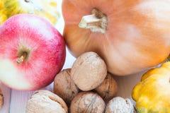 Colección de la vitamina de nueces, de calabaza, de calabaza y de manzana Foto de archivo