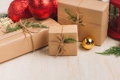 Colección de las cajas de la Navidad o de regalo del Año Nuevo envuelta en Kraft pap Fotografía de archivo libre de regalías