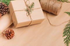 Colección de las cajas de la Navidad o de regalo del Año Nuevo envuelta en Kraft pap Imagen de archivo
