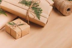 Colección de las cajas de la Navidad o de regalo del Año Nuevo envuelta en Kraft pap Imagen de archivo libre de regalías